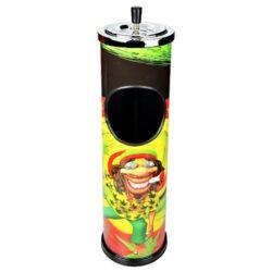Venkovní popelník - odpadkový koš Rasta, 60cm-Kovový venkovní popelník - odpadkový koš. Kulatý popelník s košem potištěný barevným Rasta motivem s nerezovou popelníkovou částí. Horní část se samozhášecím otočným popelníkem je odnímatelná a může být použita samostatně. Samostatný popelník s třemi odklady je vysoký 10cm a má průměr 11 cm. Venkovní popelník je dodáván v kartonové krabici. Rozměry: výška 60cm, průměr 14,5cm.