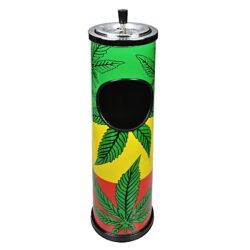 Venkovní popelník - odpadkový koš Hanf, 60cm-Kovový venkovní popelník - odpadkový koš. Barevný kulatý popelník s košem je potištěný oblíbeným rasta motivem s konopnými listy. Horní nerezová část se samozhášecím otočným popelníkem je odnímatelná a může být použita samostatně. Samostatný popelník s třemi odklady je vysoký 10cm a má průměr 11 cm. Venkovní popelník je dodávaný v kartonové krabici. Rozměry: výška 60cm, průměr 14,5cm.