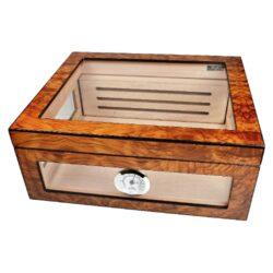 Humidor na doutníky Angelo prosklený 40D, 32x28x13cm-Atraktivní stolní humidor na doutníky s kapacitou cca 40 doutníků (v závislosti na velikosti). Prosklený humidor s povrchem kombinující světlé a tmavé odstíny hnědé je v matném provedení. Součástí balení je vlhkoměr a polymerový zvlhčovač, který je umístěn uvnitř za perforovanou přepážkou na zadní stěně. Nechybí samozřejmě dvě přepážky na rozdělení prostoru na doutníky. Vnitřek humidoru je vyložený cedrovým dřevem. Rozměr humidoru: 32x28x13 cm.