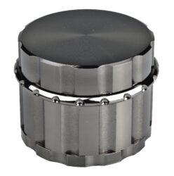 Drtič tabáku Drtič Dreamliner ALU, gunmetal-Kovový drtič tabáku Dreamliner Alu. Kvalitní čtyřdílná drtička se sítkem a zásobníkem na tabák je precizně vyrobena z kvalitního hliníku CNC technologií. Jemně broušený lesklý povrch drtiče je ve velmi líbivém gunmetalovém provedení. Jednotlivé díly drtiče jsou magneticky uzavíratelné. Kvalitní a ostře broušené zuby drtičky zajistí rychlé nadrcení vaši směs do požadované kvality. Rozměry: průměr 55mm, výška 43mm.