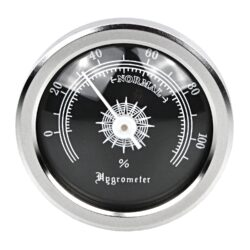 Vlhkoměr kulatý chrom-černý, 45mm-Standardní vlhkoměr do humidoru. Vhodný do středních humidorů. Pro uchycení do humidoru slouží magnet s oboustrannou lepicí páskou, které jsou součástí balení. Provedení: chrom/mat.  Vnější průměr: 45 mm Vnitřní průměr pro vložení: 37 mm