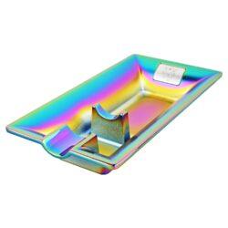 Doutníkový popelník Rainbow, 1D-Kovový doutníkový popelník na 1 doutník. Precizně zpracovaný popelník na doutníky má povrch v polomatném provedení s rainbow efektem a je zdobený logem. Rozměr popelníku 16x6,5x2,7cm.
