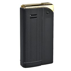 Zapalovač Faro Slim Black-Stylový zapalovač Faro Slim. Kovový retro zapalovač rakušák s jemně gravírovaným povrchem je v černém matném provedení. Po stisknutí horního krytu zapalovače se plamen zapálí. Ve spodní části zapalovače najdeme plnící ventil plynu a ovládání intenzity plamene. Zapalovač je dodáván v dárkové krabičce. Výška 5,9cm.