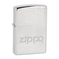 Zapalovač Zippo Logo Matt, broušený-Benzínový zapalovač Zippo Logo Matt. Zapalovač Zippo s matně provedeným logem a broušeným chromovým povrchem je dodávaný v originální krabičce. Zapalovače Zippo nejsou při dodání naplněné benzínem. Správné fungování zapalovače zajistíte originálním příslušenstvím: benzín Zippo 3141 Fluid, kamínky Zippo Flint, knoty Zippo Wick a vata do zapalovače Zippo.