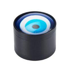 Drtič tabáku Champ H. Evil Eye kovový, 40mm-Kovový drtič tabáku Champ High Evil Eye. Třídílná drtička se závitem, sítkem a zásobníkem na tabák je precizně vyrobena CNC technologií. Povrch je černém hladkém provedení. Víčko drtičky s barevným okem je magneticky uzavíratelné. Ostří ve tvaru žraločích zubů rychle nadrtí vaši směs do požadované kvality. Rozměry: průměr 40mm, výška 34mm. Cena je uvedená za 1 ks.