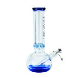 Skleněný bong Champ High Blue Ice 30cm-Kvalitní skleněný bong Champ High Blue. Moderní čirý ice bong s prvky v modrém tónu je zdobený na čelní straně logem Champ High. Bong je vybavený výstupky pro udržení kostek ledu k ochlazení kouře. Masivní bong je ukončený silným náustkem. Oproti standardním bongům je tento prémiový bong vyrobený z borosilikátového skla tloušťky 8 mm. Skleněný chillum s kovovým kotlíkem je zakončený difuzérem.  Výška: 30 cm Vnitřní průměr bongu: 3,5 cm Průměr hrdla: 6,3 cm Socket chillumu/kotlíku: 18,8 mm/14,5 mm Materiál: sklo