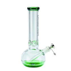Skleněný bong Champ High Green Ice 30cm-Kvalitní skleněný bong Champ High Green. Moderní čirý ice bong s prvky v zeleném tónu je zdobený na čelní straně logem Champ High. Bong je vybavený výstupky pro udržení kostek ledu k ochlazení kouře. Masivní bong je ukončený silným náustkem. Oproti standardním bongům je tento prémiový bong vyrobený z borosilikátového skla tloušťky 8 mm. Skleněný chillum s kovovým kotlíkem je zakončený difuzérem.  Výška: 30 cm Vnitřní průměr bongu: 3,5 cm Průměr hrdla: 6,3 cm Socket chillumu/kotlíku: 18,8 mm/14,5 mm Materiál: sklo
