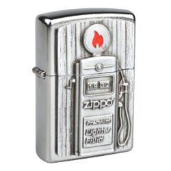 Zapalovač Zippo Gas Pump, patinovaný-Benzínový zapalovač Zippo Gas Pump 2006474. Zapalovač Zippo s chromovým patinovaným povrchem v polomatném provedení a 3D plaketou benzínové pumpy na čelní straně. Zapalovač je dodávaný v originální krabičce s logem. Zapalovače Zippo nejsou při dodání naplněné benzínem. Správné fungování zapalovače zajistíte originálním příslušenstvím: benzín Zippo 3141 Fluid, kamínky Zippo Flint, knoty Zippo Wick a vata do zapalovače Zippo.