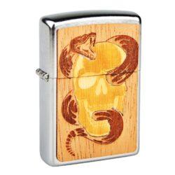Zapalovač Zippo Woodchuck Skull & Snake, patinovaný-Benzínový zapalovač Zippo Woodchuck Skull & Snake. Zapalovač Zippo s chromovým patinovaným povrchem a plaketou z mahagonového a břízového dřeva z přední a zadní strany. Zapalovač je zdobený laserem vyřezaným motivem lebky a hada do dřevěné plakety. Zippo + Woodchuck a jejich Buy One. Plant One. je programem pro obnovu lesů na celém světě. Za každý prodaný zapalovač z této edice bude vysazen jeden nový strom. V balení naleznete certifikát s unikátním kódem, dle kterého zjistíte, kde byl zasazený právě váš strom. Díky použitému pravému dřevu má každý zapalovač originální vzhled. Zapalovače Zippo nejsou při dodání naplněné benzínem. Správné fungování zapalovače zajistíte originálním příslušenstvím: benzín Zippo 3141 Fluid, kamínky Zippo Flint, knoty Zippo Wick a vata do zapalovače Zippo. Zapalovač Zippo Woodchuck Skull & Snake je dodávaný ve zvláštní sběratelské krabičce.
