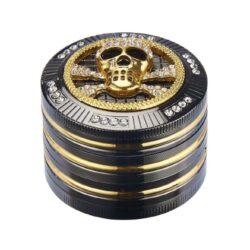 Drtič na tabák Champ High Skull kovový 50mm-Atraktivní kovový drtič na tabák Champ High Skull. Kvalitní čtyřdílná drtička se závitem, sítkem a zásobníkem na tabák je precizně vyrobena CNC technologií. Hladký lesklý povrch je v gunmetalovém provedení s kombinací zlatých prvků. Magneticky uzavíratelné víčko drtičky je zdobené velkou 3D lebkou s broušenými kamínky. Ostře broušené zuby ve tvarů diamantů velmi jemně nadrtí vaší směs do potřebné hrubosti. Rozměry: průměr 51mm, výška 42mm. Drtič je dodávaný v dárkové krabičce.