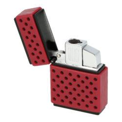Tryskový zapalovač Maxim Galle-Tryskový zapalovač Maxim Galle. Atraktivní kovový turbo zapalovač má povrch v černém matném provedení kombinovaný s barevnou perforovanou částí z gumy. Po odklopení horního krytu zapalovače a stisknutí tlačítka dojde k zapálení jedné trysky. Ve spodní části zapalovače najdeme plnící ventil plynu a ovládání intenzity plamene. Zapalovač je dodáván v originální dárkové krabičce. Rozměry zapalovače 3,6x5,1x1,5cm.