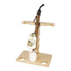 Stojánek na porcelánové dýmky BPK-Dřevěný stojánek na tři porcelánové dýmky. Kvalitně zpracovaný stojánek na krakonošku od známého výrobce dýmek BPK Proseč je v přírodním provedení. Stojánek je vhodný nejen pro keramické dýmky, ale také pro jiné dlouhé nebo řezané dýmky. Praktický odkládací prostor pro sběratele či kuřáka porcelánové dýmky a současně vzhledný doplněk jeho interiéru. Zobrazená keramická dýmka není součástí dodávky. Vzdálenost opěrného místa stojánku od spodní základny je 17,5cm. Rozměry stojánku 18x20x11,7cm.