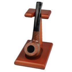 Stojánek na 1 dýmku, HC-Dřevěný stojánek na jednu dýmku. Kvalitně zpracovaný stojánek na dýmku s matným povrchem je v medovém odstínu. Praktická pomůcka kuřáka dýmky a současně vzhledný doplněk jeho interiéru. Zobrazená dýmka není součástí dodávky. Rozměr 7,5x11,3x10,5cm.