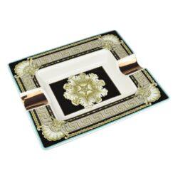Doutníkový popelník keramický Gothic-Atraktivní doutníkový popelník na 2 doutníky. Hranatý keramický popelník ve tvaru obdélníku s gotickým motivem je zdobený zlatými prvky. Kvalitně zpracovaný glazurovaný povrch popelníku je v lesklém provedení. Popelník na doutníky je dodávaný v dárkové krabičce. Rozměry popelníku: 20,5x17,2x3,1cm.