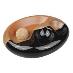 Dýmkový popelník na 2 dýmky keramický černohnědý-Atraktivní dýmkový popelník s odkladem na dvě dýmky. Trojbarevný keramický popelník s povrchem kombinující lesklé a matné provedení je vybavený praktickým korkovým trnem na vyklepání dýmky a prostorem pro odložení. Oválný popelník na dýmku má rozměry 19,2x15,5x5cm. Dýmkový popelník je dodávaný v kartonové krabici.
