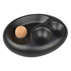 Dýmkový popelník na 2 dýmky keramický černý matný-Dýmkový popelník s odkladem na dvě dýmky. Černý keramický popelník v matném provedení je vybavený praktickým korkovým trnem na vyklepání dýmky a prostorem pro odložení. Oválný popelník na dýmku má rozměry 19,2x15,5x5cm. Dýmkový popelník je dodávaný v kartonové krabici a je vyrobený v Itálii.