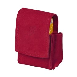 Pouzdro na cigarety JOY 85/100mm, červené-Kožené pouzdro na cigarety s boční kapsou na zapalovač. Univerzální pouzdro na celou krabičku cigaret 85mm nebo 100mm dlouhých je vyrobené z jemné broušené kůže a je v červeném provedení. Na přední straně je zdobené vytlačeným logem. Vypadnutí krabičky zajišťuje zapínání pouzdra na magnet. Díky dvěma zapínacím magnetům je cigaretové pouzdro vhodné pro krabičku cigaret běžné velikosti King Size, tak i pro krabičku dlouhých stovkových cigaret. Na boční straně je pouzdro vybavené praktickou kapsičkou na zapalovač. Maximální vnitřní rozměry pouzdra: 11x6,3x2,2cm.