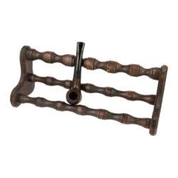 Stojánek na 6 dýmek BPK, dřevěný-Dřevěný stojánek na šest dýmek. Kvalitně zpracovaný stojánek na dýmky od známého výrobce dýmek BPK Proseč má tvar širšího křesla a jeho povrch je v pololesklém přírodním provedení. Praktická pomůcka kuřáka dýmky a současně vzhledný doplněk jeho interiéru. Zobrazená dýmka není součástí dodávky. Vzdálenost opěrného místa stojánku od spodní základny je cca 8,5cm. Rozměr 30,5x11,5x10,5cm.