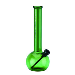 Skleněný bong Champ High Round Green 20cm-Atraktivní skleněný bong Champ High Round Green. Malý bong v zeleném tónu je zdobený na čelní straně logem Champ High. Oproti standardním bongům je tento prémiový bong vyrobený z borosilikátového skla tloušťky 4 mm. Bong je vybavený dvoudílným kovovým chillumem se sítkem. Skleněný bong je dodávaný v originální kartonové krabičce.   Výška: 20 cm Vnitřní průměr bongu: 1,7 cm Vnější průměr bongu: 2,5 cm Průměr hrdla: 3,4 cm Socket kovového chillumu: 10 mm Sítko do bongu: 20 mm Materiál: borosilikátové sklo