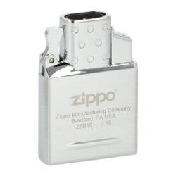 Zippo plynový insert do zapalovače, 2x Jet-Zippo plynový insert do benzínového zapalovače. Originální plynová vložka Zippo s dvěma tryskami je vhodná pro všechny klasické benzínové zapalovače Zippo - není určena pro dámské slim zapalovače Zippo. Kovový plynový insert Zippo je v lesklém chromovém provedení. Na spodní straně najdeme plnící plynový ventil a ovládání intenzity plamene. Jednoduše vyndáte původní benzínovou vložku, vsunete vložku plynovou a turbo zapalovač je na světě ve stejném Vámi oblíbeném designu benzínového zapalovače Zippo. Plynový insert je dodávaný v originální krabičce. Rozměry vložky 5,2x3,6x1,2cm.