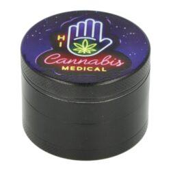Drtič tabáku kovový WildFire Neon, 50mm-Kovový drtič tabáku WildFire Neon. Čtyřdílná drtička se závitem, sítkem a zásobníkem na tabák je vyrobena CNC technologií. Drtička je v černém polomatném provedení s jemně broušeným povrchem. Magneticky uzavíratelné víčko drtičky je zdobené tištěným motivem Cannabis. Ostře broušené zuby ve tvarů diamantů velmi jemně nadrtí vaší směs do potřebné hrubosti. Rozměry: průměr 50mm, výška 37mm. Cena je uvedena za 1 ks. Před odesláním objednávky uveďte číslo barevného provedení do poznámky.