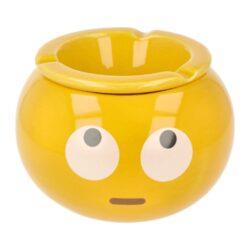 Cigaretový popelník keramický Emoticons, 6mix-Venkovní cigaretový popelník Emoticons. Žlutý keramický popelník s atraktivním motivem emotikonů má tři odkladová místa a skládá se ze dvou částí. A to prostorem pro popel a částí přiklápěcí, která zabraňuje popelu se dostat ven. Rozměry popelníku: 14,5x14,5x10cm. Cena je uvedena za 1 ks. Před odesláním objednávky uveďte číslo barevného provedení do poznámky.