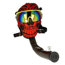 Akrylový bong Maska Super Heroes červený-Akrylový bong Maska Super Heroes. Plastový zalomený bong vsazený do masky s brýlemi v atraktivním barevném provedení. Maska má nastavitelný hlavový upínací mechanismus, který zajistí správné dosednutí. Bong z tvrzeného plastu je vybavený dvojdílným kovovým kotlíkem. Průměr otvoru v plastové části masky pro nasazení plastového bongu je 3,8 cm. Bong je dodávaný v textilním stahovacím pytlíku.  Délka zalomeného bongu: 26 cm Vnější průměr bongu: 3,85 cm Vnitřní průměr bongu: 3,4 cm Socket kovového chillumu: 10 mm Průměr sítka(není součástí balení): 15mm Materiál bongu: akryl