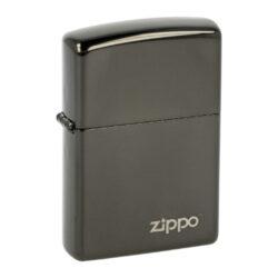 Zapalovač Zippo Ebony Logo, lesklý-Benzínový zapalovač Zippo Ebony Logo 2001727. Kvalitní zapalovač Zippo v lesklém gunmetalovém provedení je na přední straně zdobený logem Zippo. Zapalovač je dodávaný v originální krabičce s logem. Zapalovače Zippo nejsou při dodání naplněné benzínem. Správné fungování zapalovače zajistíte originálním příslušenstvím: benzín Zippo 3141 Fluid, kamínky Zippo Flint, knoty Zippo Wick a vata do zapalovače Zippo.