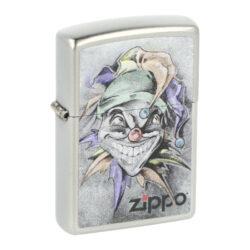 Zapalovač Zippo Joker, broušený-Benzínový zapalovač Zippo Joker 60002718. Kvalitní zapalovač Zippo v broušeném chromovém provedení je na přední straně zdobený tištěným barevným motivem Jokera. Zapalovač je dodávaný v originální krabičce s logem. Zapalovače Zippo nejsou při dodání naplněné benzínem. Správné fungování zapalovače zajistíte originálním příslušenstvím: benzín Zippo 3141 Fluid, kamínky Zippo Flint, knoty Zippo Wick a vata do zapalovače Zippo.