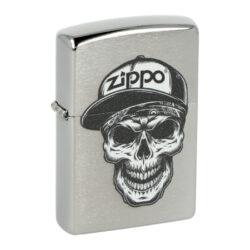 Zapalovač Zippo Skull in Cap, broušený-Benzínový zapalovač Zippo Skull in Cap 60004412. Kvalitní zapalovač Zippo v broušeném chromovém provedení je na přední straně zdobený černobílým motivem lebky s logem Zippo. Zapalovač je dodávaný v originální krabičce s logem. Zapalovače Zippo nejsou při dodání naplněné benzínem. Správné fungování zapalovače zajistíte originálním příslušenstvím: benzín Zippo 3141 Fluid, kamínky Zippo Flint, knoty Zippo Wick a vata do zapalovače Zippo.