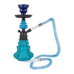 Vodní dýmka Angle blue 32cm-Vodní dýmka Angle Blue je vysoká 32 cm. Vodní dýmka je v modro černé kombinaci se skleněnou vázou ve tvaru květu. Vodní dýmka je vybavena jedním výstupem pro šlauch. Tělo dýmky se upevňuje nasunutím na vázu s použitím přiloženého gumového těsnění. V obsahu balení najdete jeden plastový šlauch s náustkem a adaptérem pro připojení, kovový talířek, kleštičky na uhlí a keramickou korunku. Vodní dýmka Angle je dodávána v kartonové krabici.  Vnitřní průměr korunky pro nasazení: 2 cm Délka hadice včetně náustku: 104 cm Délka náustku: 11 cm Průměr talířku: 10 cm      Průměr vstupu pro hadici - adaptér: 1,2 cm