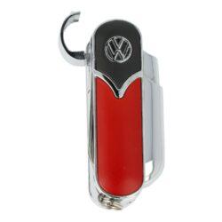 Tryskový zapalovač Champ VW Tools-Tryskový zapalovač Champ VW Tools. Originální turbo zapalovač v atraktivním chromovém provedení s barevnými prvky je zdobený logem VW. Kovový zapalovač je vybavený praktickým vyklápěcím nožíkem, pilníkem a nůžkami. Po odklopení horního krytu a stisknutí bočního tlačítka dojde k zapálení jedné trysky. Na spodní straně najdeme nastavení intenzity plamene, plnící ventil plynu a očko k zavěšení. Zapalovač je dodávaný v krabičce. Rozměry: 5,8x2,4x2,3cm. Cena je uvedená za 1 ks.