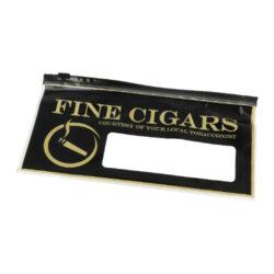 Sáček na doutníky Fine Cigars, plastový-Sáček na doutníky Fine Cigars. Plastový sáček je určený pro převoz doutníků, ne však pro skladování. Sáček se zipovým zavíráním ochrání Vaše doutníky a zabrání jejich poškození. Rozměry sáčku 25x13,5cm.