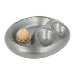 Dýmkový popelník keramický na 2 dýmky, stříbrný-Atraktivní dýmkový popelník s odkladem na dvě dýmky. Oválný keramický popelník ve stříbrném pololesklém provedení je vybavený praktickým korkovým trnem na vyklepání dýmky a prostorem pro odložení. Popelník na dýmku má rozměry 19,2x15,5x5cm. Dýmkový popelník je dodávaný v kartonové krabici a je vyrobený v Itálii.