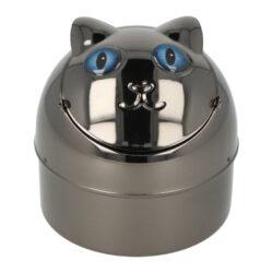 Cigaretový popelník kovový Cat blue eyes 9cm-Venkovní cigaretový popelník Cat blue eyes. Kovový samozhášecí popelník ve tvaru kočky má povrch v gunmetalovém lesklém provedení. Popelník je vybavený praktickým uzavíracím mechanismem. Po odklopení plochy s očima se otevře prostor pro popel a zbytky cigaret. Zpětným překlopením se obsah prostoru vysype dovnitř popelníku a zaklopí. Tím se zabrání rozfoukání popelu větrem. Díky tomuto najde cigaretový popelník uplatnění nejen doma na stole, ale třeba na balkóně nebo v zahradním altánu, kde udržení čistoty okolí je žádané. Rozměry: výška 9 cm, průměr 9 cm. Popelník je dodávaný v kartonové krabičce.