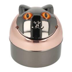Cigaretový popelník kovový Cat brown eyes 9cm-Venkovní cigaretový popelník Cat brown eyes. Kovový samozhášecí popelník ve tvaru kočky má povrch v kombinaci měděného a gunmetalového lesklého provedení. Popelník je vybavený praktickým uzavíracím mechanismem. Po odklopení plochy s očima se otevře prostor pro popel a zbytky cigaret. Zpětným překlopením se obsah prostoru vysype dovnitř popelníku a zaklopí. Tím se zabrání rozfoukání popelu větrem. Díky tomuto najde cigaretový popelník uplatnění nejen doma na stole, ale třeba na balkóně nebo v zahradním altánu, kde udržení čistoty okolí je žádané. Rozměry: výška 9 cm, průměr 9 cm. Popelník je dodávaný v kartonové krabičce.