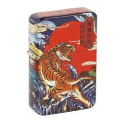 Benzínový zapalovač Angel Tiger, box-Benzínový zapalovač Angel Tiger. Zapalovač s povrchem potištěným barevným motivem tigra v matném provedení. Benzínový zapalovač je dodáván v dárkovém boxu a bez náplně. Rozměry zapalovače 5,8x3,9x1,3cm.