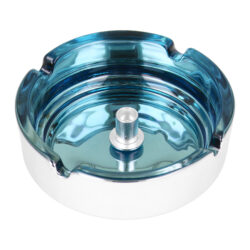 Cigaretový popelník skleněný 10cm modrý-Cigaretový popelník skleněný v metalickém provedení. Kulatý popelník na cigarety se čtyřmi odkládacími místy má vnitřní prostor v modrém odstínu a vnější strana je v lesklém chromu. Uprostřed prostoru pro popel je kovový trn, který slouží k típnutí cigarety. Popelník je vyrobený ze skla silného 0,7cm. Rozměry popelníku: 10x10x3,5cm.