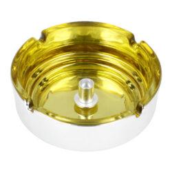 Cigaretový popelník skleněný 10cm žlutý-Cigaretový popelník skleněný v metalickém provedení. Kulatý popelník na cigarety se čtyřmi odkládacími místy má vnitřní prostor ve žlutém odstínu a vnější strana je v lesklém chromu. Uprostřed prostoru pro popel je kovový trn, který slouží k típnutí cigarety. Popelník je vyrobený ze skla silného 0,7cm. Rozměry popelníku: 10x10x3,5cm.