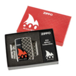 Zapalovač Zippo 600 Million Edition, leštěný-Benzínový zapalovač Zippo 600 Million Edition se sériovým číslem 15314. Ke dni 3. června 2020 společnost Zippo vyrobila 600. miliontý zapalovač. K této příležitosti byl vydán tento sběratelský Zippo zapalovač v limitované edici 20000 kusů. Zapalovač je v leštěném chromovém provedení a jeho povrch je po celém obvodě zdobený laserovanou texturou a tištěným logem Zippo. Na zadní straně je umístěné sériové číslo každého zapalovače z limitované edice. Na spodní straně najdeme speciální ražbu s datem, která byla použitá pouze v den výroby zapalovače. Zapalovač je dodávaný v originální dárkové krabičce s logem Zippo 600 Million. Zapalovače Zippo nejsou při dodání naplněné benzínem. Originální příslušenství benzín Zippo, kamínky, knoty a vata do zapalovače Zippo, zajistí správné fungování benzínové zapalovače. Na mechanické závady zapalovače poskytuje Zippo doživotní záruku. Tuto záruku můžete uplatnit přímo u nás. Zapalovače jsou vyrobené v USA, Original Zippo® Bradford.
