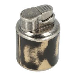 Stolní tryskový zapalovač Winjet Nickel-Atraktivní stolní zapalovač Winjet Nickel. Kvalitně zpracovaný kovový turbo zapalovač má povrch v patinovaném opotřebeném provedení. Tryskový zapalovač je vhodný nejen k zapálení doutníků, ale také na podpalování krbů, grilů či uhlíků do vodní dýmky. Po stisknutí tlačítka se horní kryt prostoru plamene otevře a dojde k zapálení trysky, která vytvoří silný červený plamen. Na spodní straně zapalovače najdeme nastavení intenzity plamene a plynový plnícím ventilem. Stolní zapalovač je dodávaný sametovém sáčku a v dárkové krabičce. Rozměry: 7,8x5,4cm.