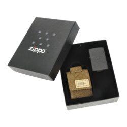 Dárková sada Zippo Black Crackle + Brown Pouch-Dárková sada Zippo Black Crackle + Brown Pouch obsahuje zapalovač Zippo s kapsičkou. V atraktivním dárkovém setu najdete benzínový zapalovač Zippo v provedení Black Crackle s jemně texturovaným povrchem a praktickou kapsičku na zapalovač Zippo v hnědém khaki odstínu. Kapsička je vyrobená z pevné vojenské speciální látky, díky které je velmi odolná. Uzavíraní kapsičky je řešené suchým zipem. Na zadní straně nejdeme pevné látkové poutko na patent, díky kterému je možné kapsičku připnout k pásku. Dodávaný zapalovač v sadě není naplněn benzínem. Originální příslušenství benzín Zippo, kamínky, knoty a vata do zapalovače Zippo, zajistí správné fungování benzínové zapalovače. Na mechanické závady zapalovače poskytuje Zippo doživotní záruku. Tuto záruku můžete uplatnit přímo u nás. Zapalovače jsou vyrobené v USA, Original Zippo® Bradford. Celkové vnější rozměry kapsičky: 7x5,3x2,5cm.