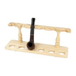 Stojánek na 6 dýmek BPK dřevěný, rovný-Rovný dřevěný stojánek na šest dýmek. Kvalitně zpracovaný delší stojánek na dýmky od známého výrobce BPK Proseč je ve světlém přírodním provedení s polomatně lakovaným povrchem. Praktická pomůcka kuřáka dýmky a současně vzhledný doplněk jeho interiéru. Zobrazená dýmka není součástí dodávky. Rozměr 28,5x8,2x10,4cm.