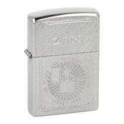 Zapalovač Zippo 50th Anniversary, broušený-Benzínový zapalovač Zippo 50th Anniversary. Kvalitní zapalovač Zippo v chromovém provedení kombinující šikmo broušený a patinovaný povrch. Čelní strana je bohatě zdobená gravírovaným motivem k 50. výročí značky Zippo. Zapalovač je dodávaný v originální krabičce s logem. Zapalovače Zippo nejsou při dodání naplněné benzínem. Originální příslušenství benzín Zippo, kamínky, knoty a vata do zapalovače Zippo, zajistí správné fungování benzínové zapalovače. Na mechanické závady zapalovače poskytuje Zippo doživotní záruku. Tuto záruku můžete uplatnit přímo u nás. Zapalovače jsou vyrobené v USA, Original Zippo® Bradford.