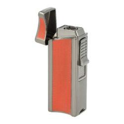 Doutníkový zapalovač Eurojet Namsos, červený-Doutníkový zapalovač Eurojet Namsos s vyštípávačem. Robustnější tryskový zapalovač na doutníky je v gunmetalovém lesklém provedení. Kovový zapalovač je na čelní straně zdobený červenou jemnou texturou, která dává zapalovači nejenom zajímavý vzhled, ale také zabraňuje vyklouznutí zapalovače z ruky. Na levém straně je umístěné okénko, díky kterému můžeme kontrolovat hladinu plynu v zapalovači. Po odklopení horní krytu a stisknutí bočního tlačítka směrem dolů dojde k zapálení jedné silné trysky. Tato tryska vyvine dostatečně silný plamen pro zapálení Vašeho oblíbeného doutníku. Doutníkový zapalovač je vybavený integrovaným vyštípávačem o průměru 8,5mm. Ve spodní části najdeme plynový plnící ventil a regulace intenzity plamene. Zapalovač je dodávaný v dárkové krabičce. Rozměry zapalovače 3,4x7,9x2,2 cm.