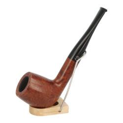 Dýmka Jirsa Petit II, filtr 9mm-Dýmka Jirsa Petit s filtrem 9 mm. Precizně zpracovaná brierová dýmka od známého výrobce dýmek Oldřicha Jirsy je kvalitně vyrobená z pečlivě vybraného briarového dřeva. Zahnutá dýmka je ve tmavším hnědém odstínu s výraznou kresbou. Hladká hlava dýmky je v lesklém provedení, černý akrylátový náustek taktéž. Každá Jirsovka je zdobená na horní a spodní straně známým logem Jirsa, podle kterého jasně dýmku identifikujeme. Dýmky Jirsa jsou zabalené do látkového pytlíku a dodávány v originální dárkové krabičce Jirsa. Filtr a vyobrazený stojánek není součástí balení dýmky.  Filtr do dýmky: 9mm Délka dýmky: 132mm Výška hlavy: 45mm Šířka hlavy: 38mm Průměr tabákové komory: 21mm Hloubka tabákové komory: 34mm Hmotnost dýmky: 47g Druh dýmky dle materiálu: dýmka briár