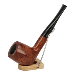 Dýmka Jirsa Petit VII, filtr 9mm-Dýmka Jirsa Petit s filtrem 9 mm. Precizně zpracovaná brierová dýmka od známého výrobce dýmek Oldřicha Jirsy je kvalitně vyrobená z pečlivě vybraného briarového dřeva. Rovná dýmka je ve světlejším hnědém odstínu s výraznou kresbou. Hladká hlava dýmky je v lesklém provedení, černý akrylátový náustek taktéž. Každá Jirsovka je zdobená na horní a spodní straně známým logem Jirsa, podle kterého jasně dýmku identifikujeme. Dýmky Jirsa Petit jsou zabalené do látkového pytlíku. Filtr a vyobrazený stojánek není součástí balení dýmky.  Filtr do dýmky: 9 mm Délka dýmky: 145 mm Výška hlavy: 49 mm Šířka hlavy: 39 mm Průměr tabákové komory: 21 mm Hloubka tabákové komory: 39 mm Hmotnost dýmky: 41 g Druh dýmky dle materiálu: dýmka briár