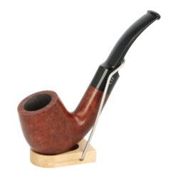 Dýmka Jirsa Petit IX, filtr 9mm-Dýmka Jirsa Petit s filtrem 9 mm. Precizně zpracovaná brierová dýmka od známého výrobce dýmek Oldřicha Jirsy je kvalitně vyrobená z pečlivě vybraného briarového dřeva. Rovná dýmka je ve světlém hnědém odstínu s výraznou kresbou. Hladká hlava dýmky je v lesklém provedení, černý akrylátový náustek taktéž. Atraktivní vzhled dýmky ještě více zvýrazňují ozdobné kroužky. Každá Jirsovka je zdobená na horní a spodní straně známým logem Jirsa, podle kterého jasně dýmku identifikujeme. Dýmky Jirsa jsou zabalené do látkového pytlíku a dodávány v originální dárkové krabičce Jirsa. Filtr a vyobrazený stojánek není součástí balení dýmky.  Filtr do dýmky: 9mm Délka dýmky: 150mm Výška hlavy: 49mm Šířka hlavy: 38mm Průměr tabákové komory: 21mm Hloubka tabákové komory: 40mm Hmotnost dýmky: 39g Druh dýmky dle materiálu: dýmka briár