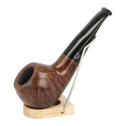 Dýmka Jirsa Petit XII, filtr 9mm-Dýmka Jirsa Petit s filtrem 9 mm. Precizně zpracovaná brierová dýmka od známého výrobce dýmek Oldřicha Jirsy je kvalitně vyrobená z pečlivě vybraného briarového dřeva. Menší mírně prohnutá dýmka je ve světlejším hnědém odstínu s výraznou kresbou. Hladká hlava dýmky je v lesklém provedení, černý akrylátový náustek taktéž. Atraktivní vzhled dýmky ještě více zvýrazňují ozdobné kroužky. Každá Jirsovka je zdobená na horní a spodní straně známým logem Jirsa, podle kterého jasně dýmku identifikujeme. Dýmky Jirsa jsou zabalené do látkového pytlíku a dodávány v originální dárkové krabičce Jirsa. Filtr a vyobrazený stojánek není součástí balení dýmky.  Filtr do dýmky: 9mm Délka dýmky: 123mm Výška hlavy: 41mm Šířka hlavy: 43mm Průměr tabákové komory: 21mm Hloubka tabákové komory: 28mm Hmotnost dýmky: 46g Druh dýmky dle materiálu: dýmka briár