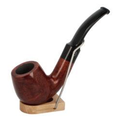 Dýmka Jirsa Petit XI, filtr 9mm-Dýmka Jirsa Petit s filtrem 9 mm. Precizně zpracovaná brierová dýmka od známého výrobce dýmek Oldřicha Jirsy je kvalitně vyrobená z pečlivě vybraného briarového dřeva. Zahnutá dýmka je ve tmavším hnědém odstínu s jemnou kresbou. Hladká hlava dýmky je v lesklém provedení, černý akrylátový náustek taktéž. Každá Jirsovka je zdobená na horní a spodní straně známým logem Jirsa, podle kterého jasně dýmku identifikujeme. Dýmky Jirsa Petit jsou zabalené do látkového pytlíku. Filtr a vyobrazený stojánek není součástí balení dýmky.  Filtr do dýmky: 9 mm Délka dýmky: 132 mm Výška hlavy: 45 mm Šířka hlavy: 38 mm Průměr tabákové komory: 21 mm Hloubka tabákové komory: 35 mm Hmotnost dýmky: 47 g Druh dýmky dle materiálu: dýmka briár